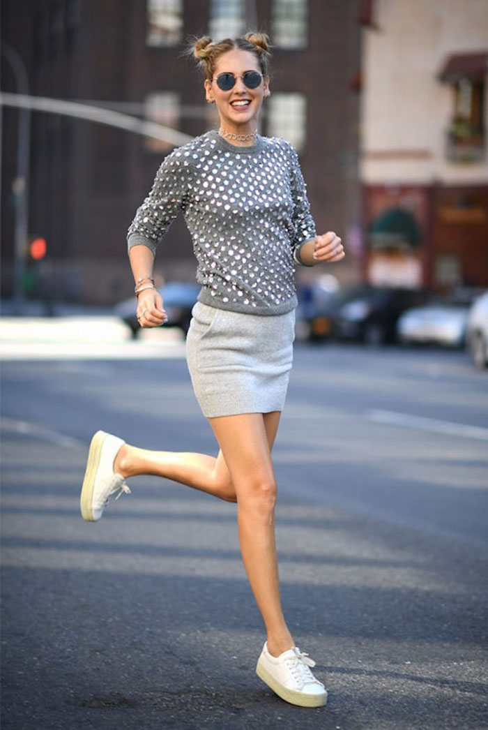 Basket tendance 2018 basket mode femme cool idée habillement et chaussures blanches baskettes jupe courte gris tenue