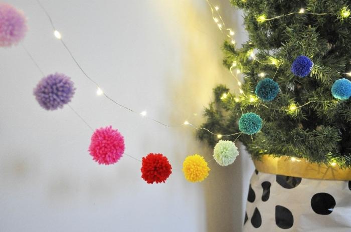 décoration de Noël avec sapin et cadeaux à emballage blanc et noir, déco lumineuse avec guirlande en pompons