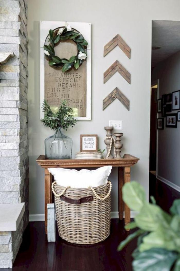 deco mural en peinture vert réséda, decoration murale design avec des grandes pierres blanches et grises, grand panier en osier tressé, carrelage marron foncé
