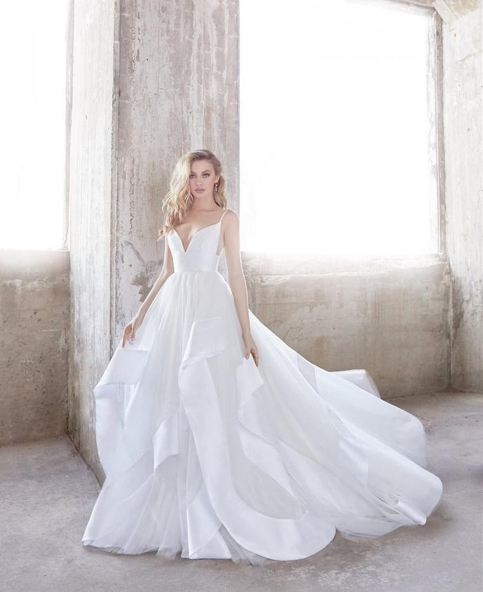 princesse robe de mariée avec une longue jupe plissée blanche et un top blanc à bretelles, look original