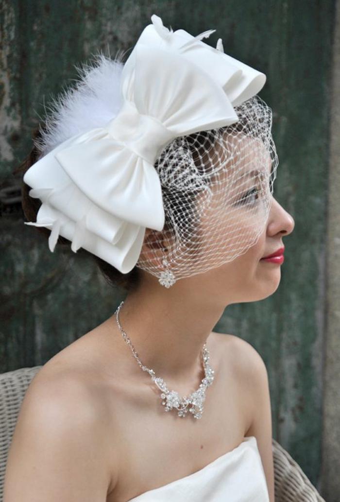 coiffure mariage cheveux courts, headband cheveux courts, diadème avec un grand nœud en tissu blanc satiné, voilette en résille blanche