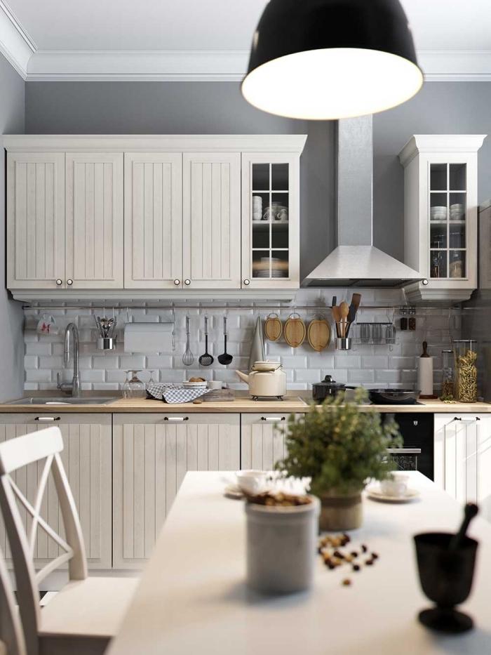 modèle de cuisine blanche et grise avec peinture murale en gris clair et crédence à design briques blanches