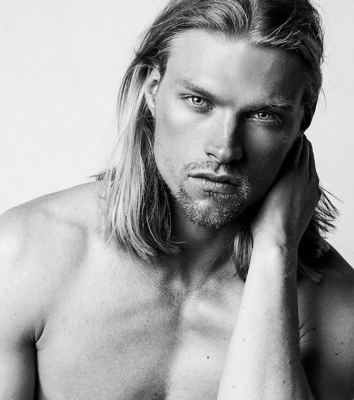 photo de mannequin homme blond aux cheveux longs blonds et bouc barbe