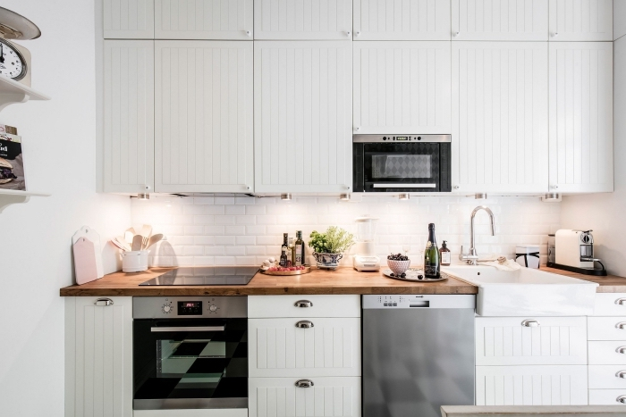 comment combiner le blanc et le bois dans une cuisine de style moderne avec meubles à poignées métalliques