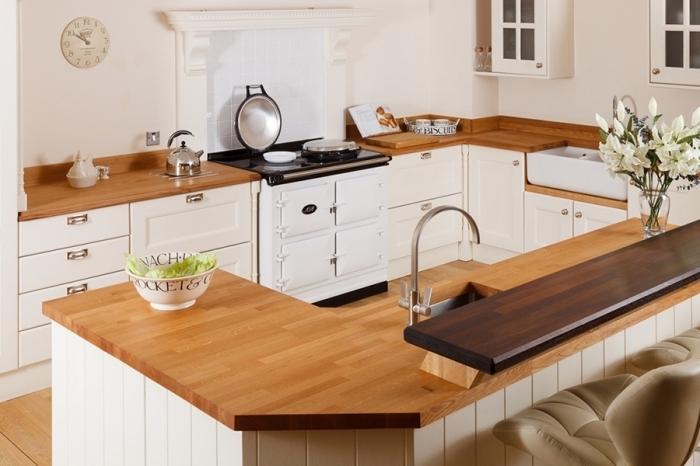 modèle de cuisine blanche aménagée avec meubles blancs à comptoir de bois marron, déco de style campagne chic
