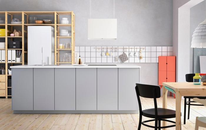une cuisine moderne grise de style scandinave qui prend un air de cuisine de pro grâce au meuble de rangement métallique ouvert