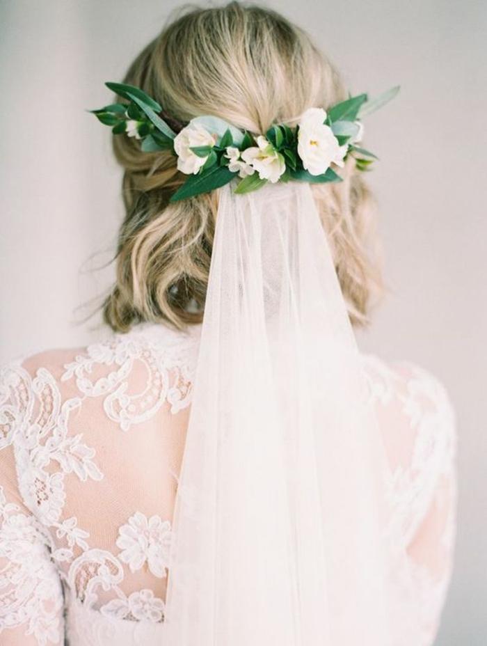 coiffure mariage cheveux court, coiffure mariage boheme, voile blanc transparent, décoré a la base avec des fleurs blanches, coupe carré avec des ondulations, mèches blondes et plus foncées