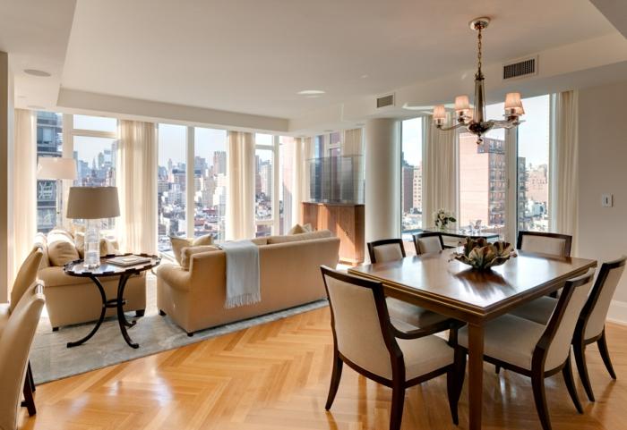 idee deco salon, couleur de peinture pour salon, table élégante avec chaises blanches, parquet chevron, canapé beige, fenetre avec une belle vue