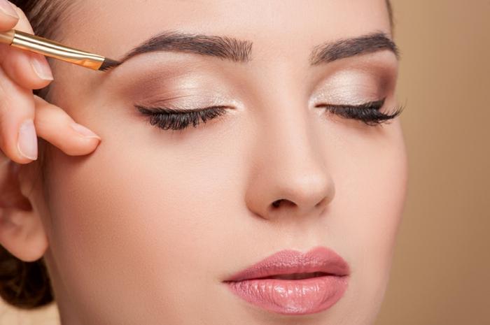 idée pour un maquillage léger, maquillage lilas et marron, et eyeliner noir, rouge à lèvres rose
