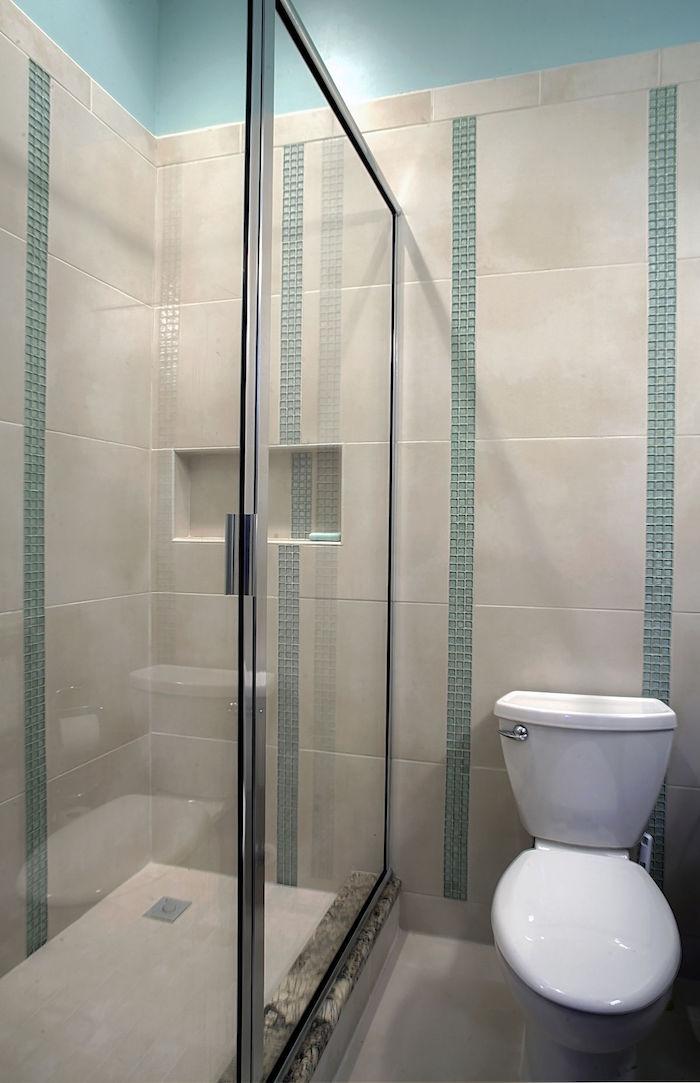 carrelage de salle de bain avec mosaique bleue et douche italienne fermée
