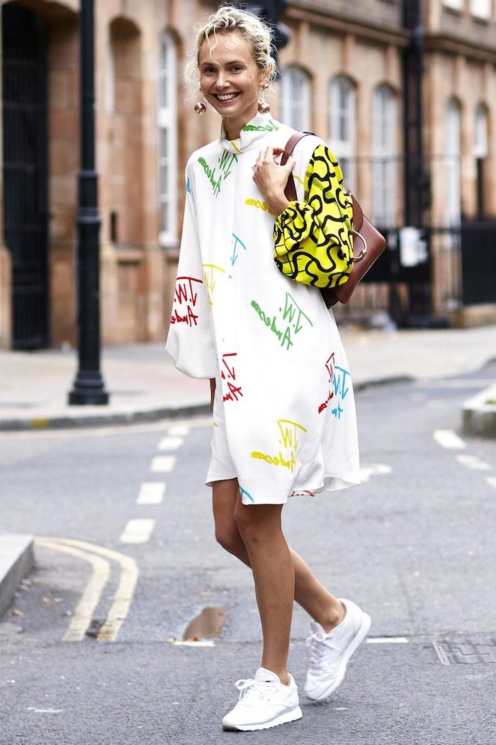 Style décontracté chic avec basket compensée femme porter des sneakers robe blanche basket blanche originale avec robe courte manche long chouette combinaison basket et robe
