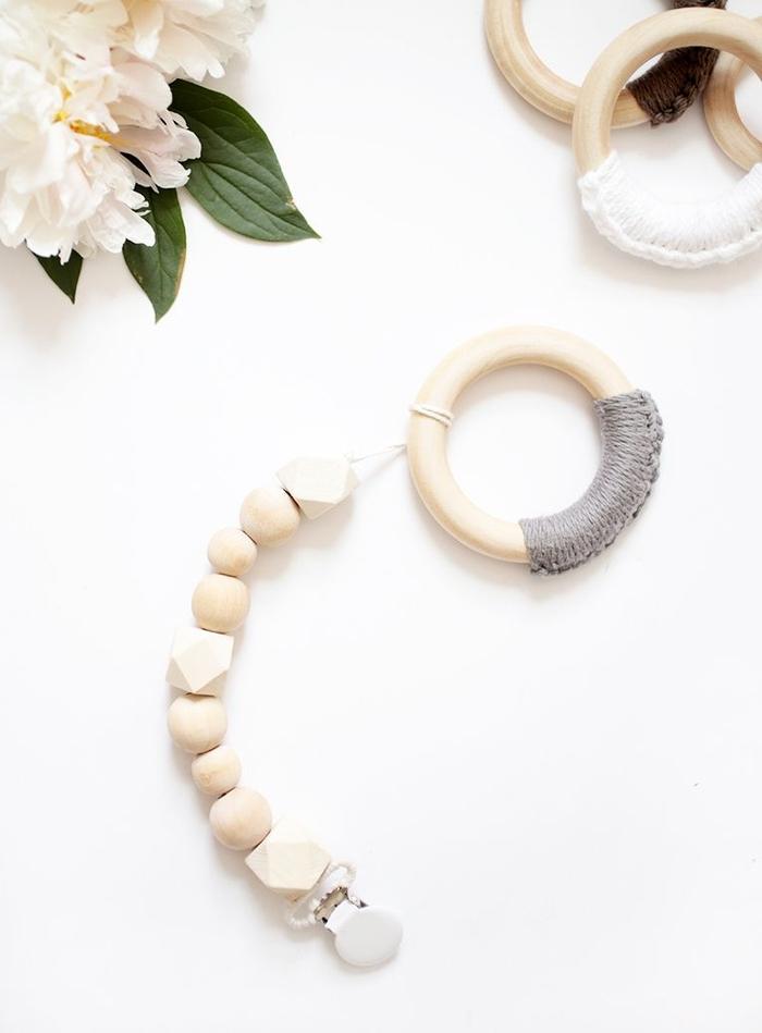 attache tétine bois réalisée avec des perles en bois rondes et hexagonales avec une pince clip blanche