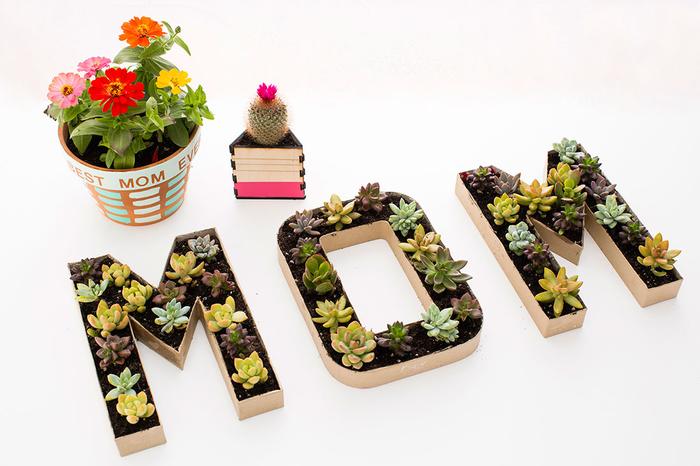idée de bricolage fête des mères pour les femmes passionnées du jardinage, des pots de fleurs personnalisés