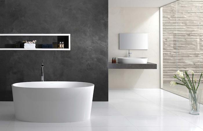 salle de bain spacieuse moderne et baie vitrée et baignoire ilot sur sol carrelage blanc