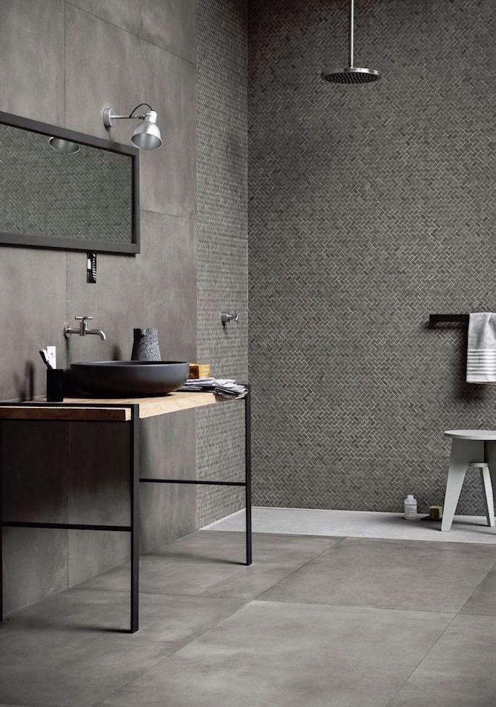grande sdb moderne avec carrelage mural et sol marron marbré et meuble lavabo en bois minimaliste et douche à l'italienne