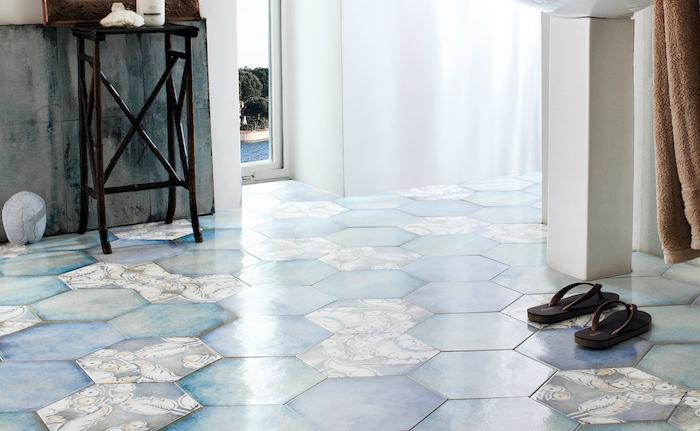 modele carrelage salle de bain hexagonal bleu et turquoise décoratif