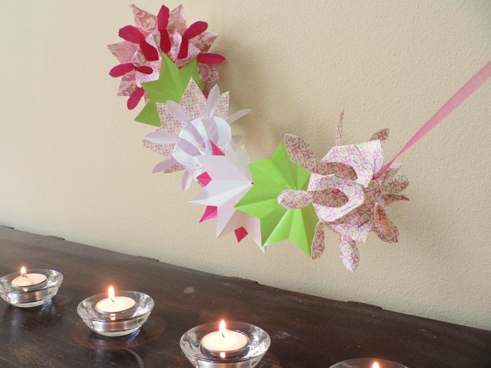 idée pour un bricolage printanier en origami facile, une jolie guirlande composée de fleurs en origami et des des fleurs en relief
