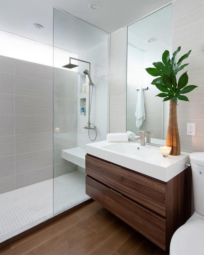 grande douche italienne dans petit espace de salle de bain rénovée