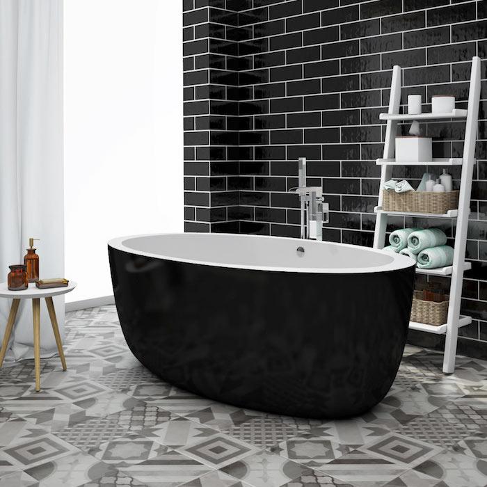 idée de déco carrelage salle de bain graphique gris et mur noir et baignoire ilot noire