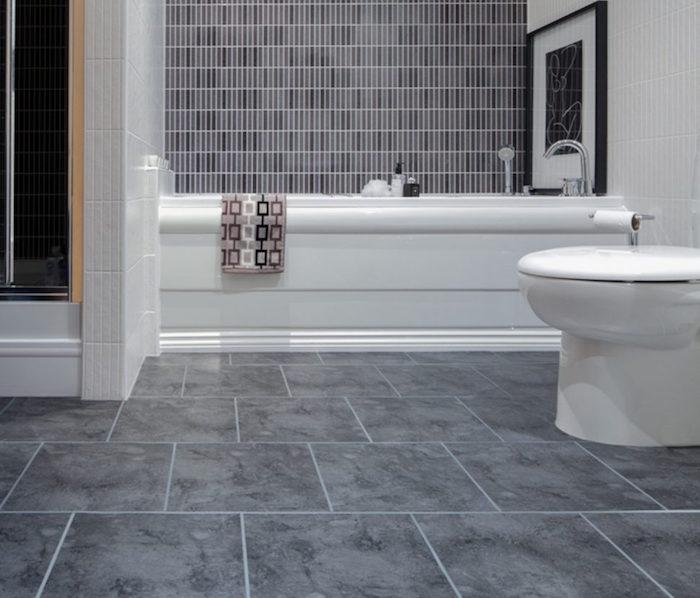 carrelage sdb gris parbre avec plaques carrées et faience murale pour baignoire