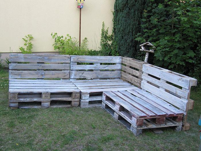 exemple pour fabriquer un meuble avec palette en bois, grand canapé d angle, mur végétalisé derrière