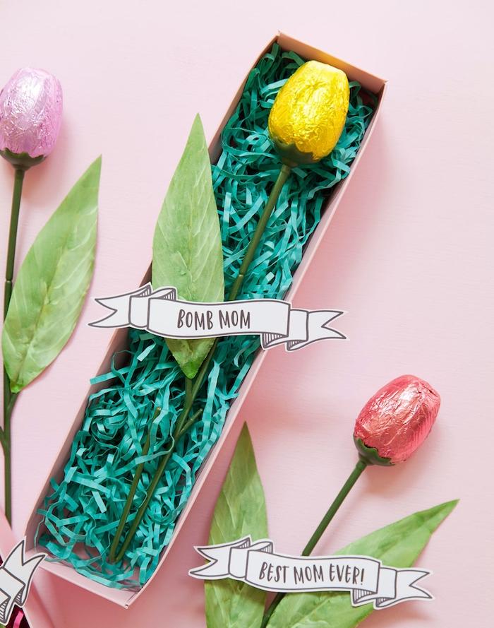 idee cadeau fete des meres pour enfants, rose artificielle avec bonbon en guise de fleur, bricolage simple et rapide
