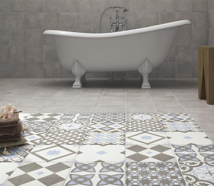 une idée déco salle de bain carrelage gris clair et parcelle graphique décorative au sol