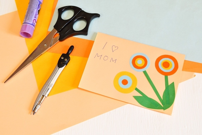 idée de cadeau fete des meres, fleurs en papier sur un bout de papier orange clair, carte fête des mères maternelle