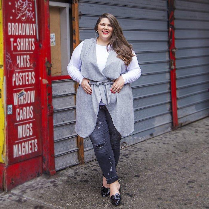 gilet gris, blouse femme blanc, pantalon jean jean déchiré, chaussures noires, cheveux chatain sur le coté