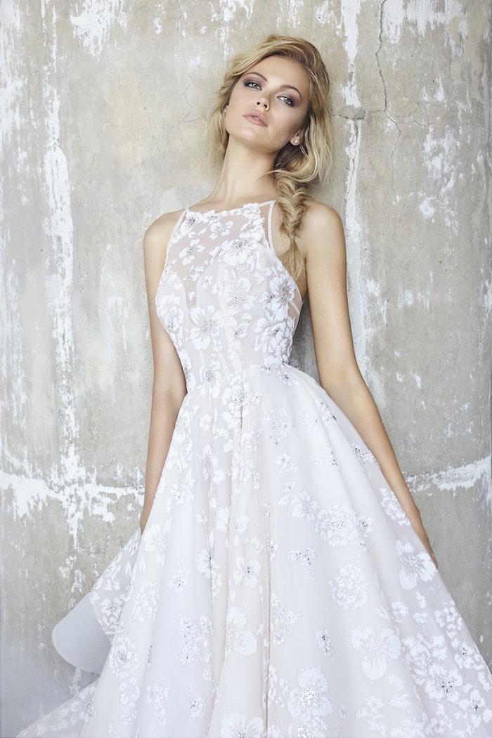 robe de mariée champetre chic avec une jupe évasée vintage et un haut transparent décolleté col rond, épaules nues