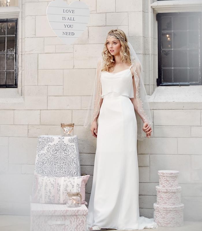 quelle robe de mariée champetre choisir, une jupe blanche et un top blanc avec bretelles, voile courte blanche, coiffure retro