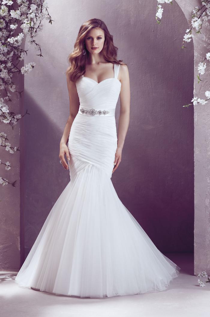 robe de mariée sirène moulante plissée avec des bretelles, un bas coupe fourreaux, ceinture décoré de pierres