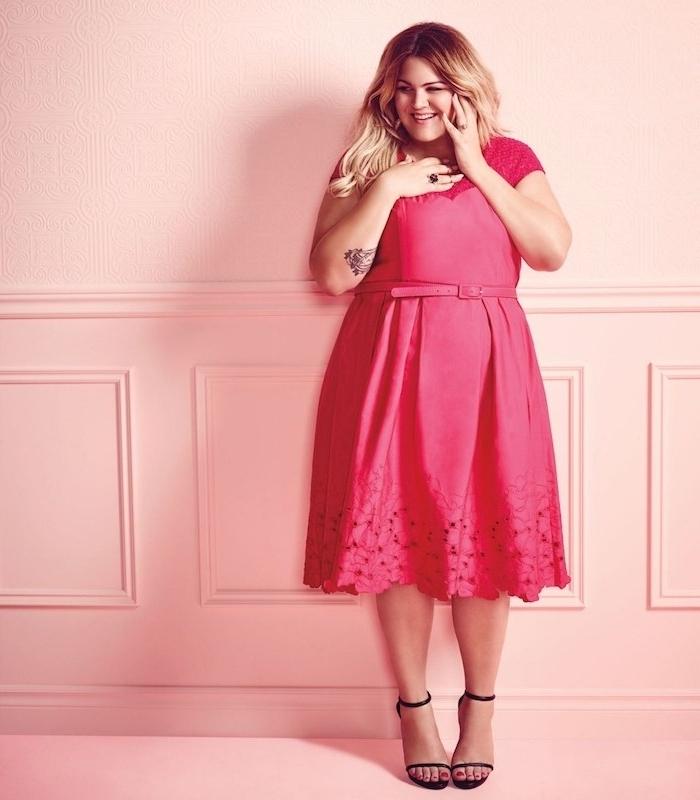 robe grande taille rose coloré, chaussures noirs à talons, cheveux blond, ceinture rose, idée de look de soirée femme chic