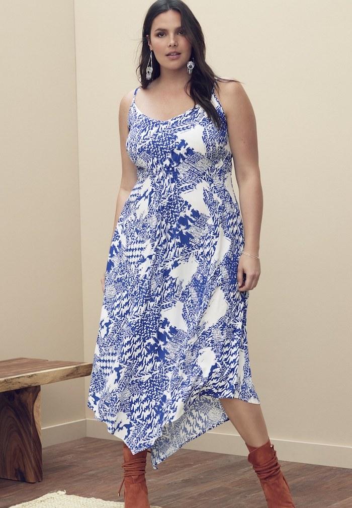 modele de robe pour femme ronde chic, couleur blanche à motifs bleus, bottes marrons, boucles d oreilles originales