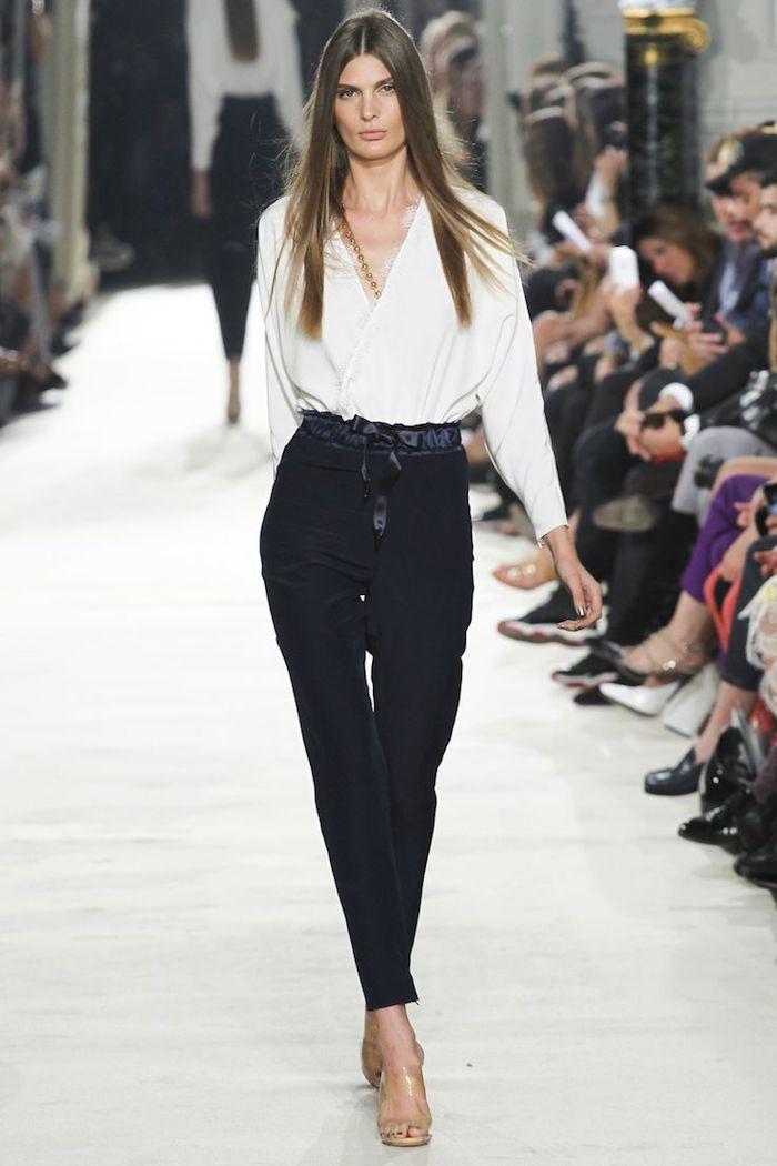 idée de tenue femme chic de travail, pantalon noir, chemise blanche, chaussures à talons