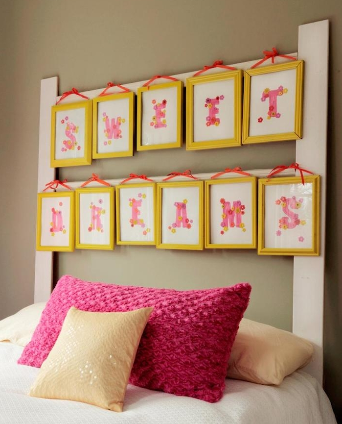 exemple de tete de lit a faire soi meme, cadres jaunes avec des lettres rose, linge de lit blanc, coussins beige et mauve