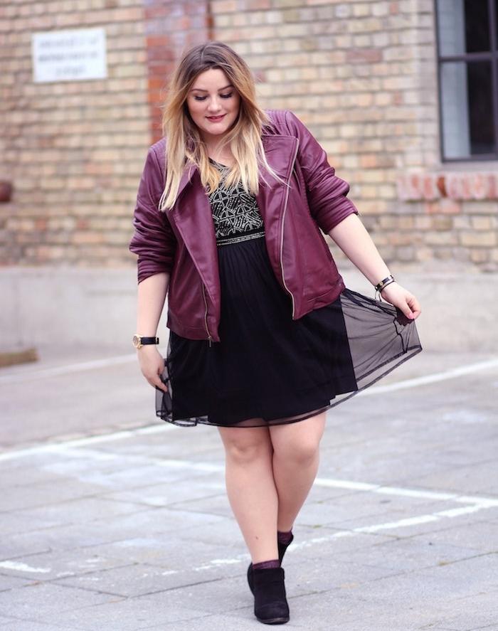 robe femme ronde mi long avec jupe noire et top noir et blanc, veste en cuir rouge bordeaux, cheveux femme ombré blond