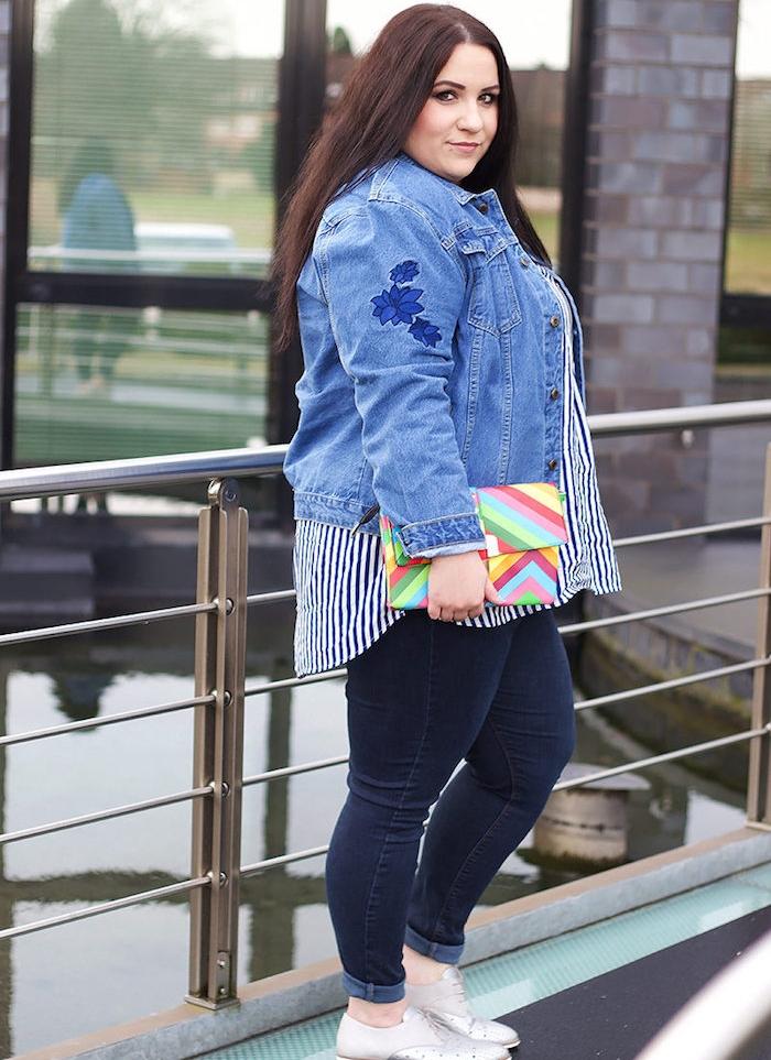 chemise à rayures, veste en jean, et pantalon jean femme, pochette arc en ciel, cheveux chatain