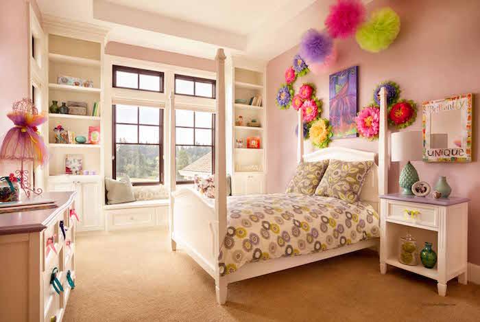 mobilier de chambre enfant petite fille avec mur rose et décoration fleurs et froufrous