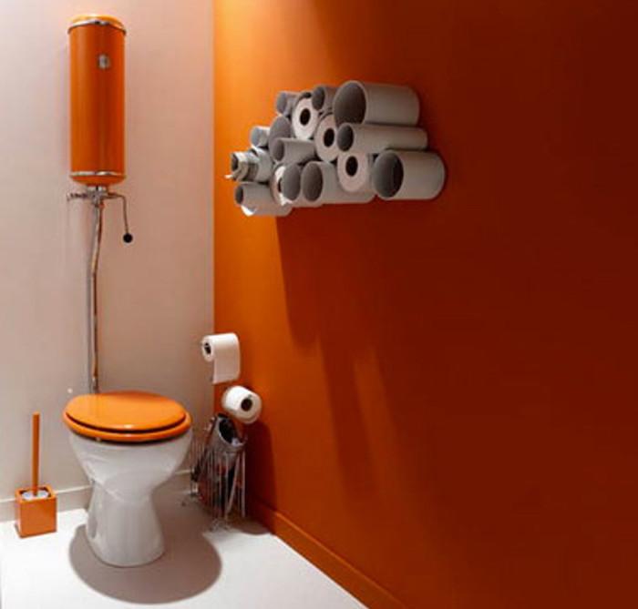 fabriquer décoration murale avec rouleaux de papier toilette et peinture orange pour wc vintage