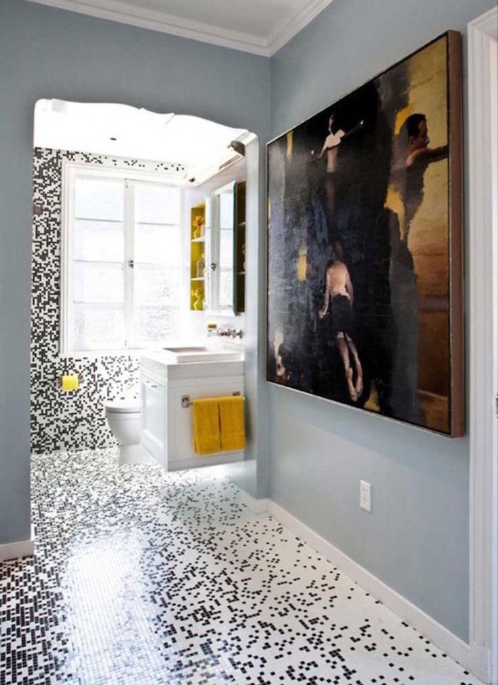 déco de salle de bain avec carrelage noir et blanc sur sol et mur style pixels