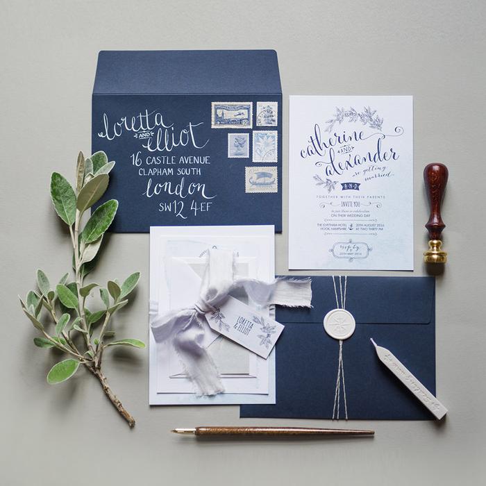 faire part vintage en blanc et bleu marine agrémenté d'un joli motif feuillage, personnalisé avec un ruban en satin