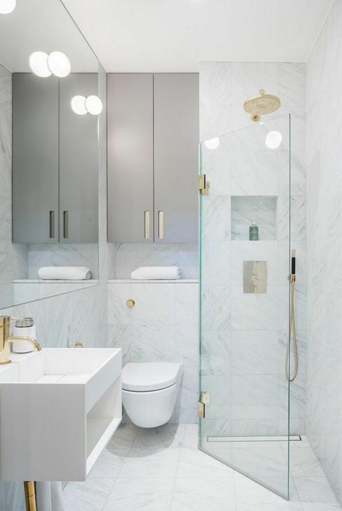 salle de bain carrelée style marbre et douche à l italienne dans un coin avec porte coulissante d'angle