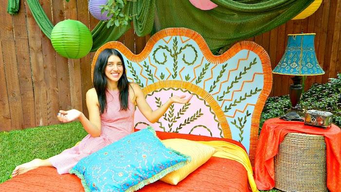 idée de tete de lit orientale en carton décorée de motifs floraux colorés, linge de lit orange, jaune et bleu dans un jardin déco orientale