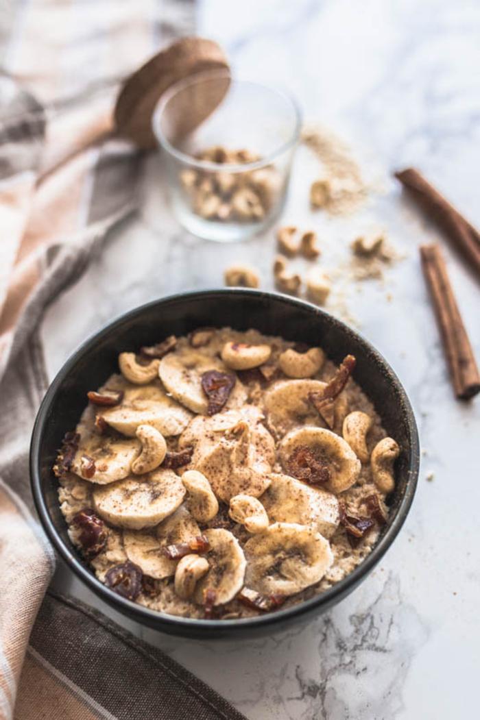 recette de porridge rapide au micro-ondes, à la banane, cannelle et noix de cajou idéal pour un petit déjeuner diététique et nourrissant
