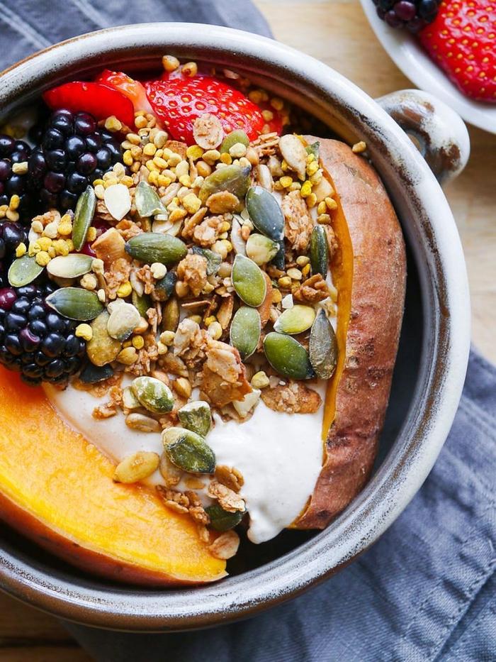 idée pour un bon petit déjeuner qui tient dans la ventre, un bol de patate douce, fruits rouges et graines