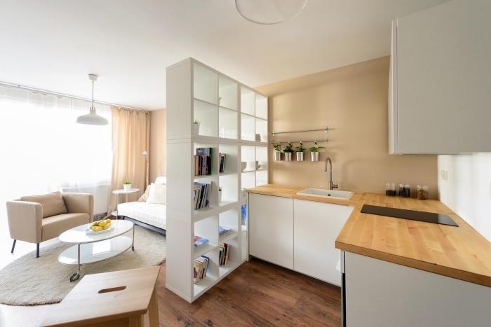 modèle de meuble séparation blanc pour diviser la cuisine du salon, exemple de petite cuisine blanc et beige avec plancher de bois foncé