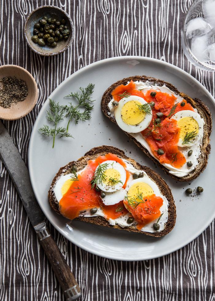 une tartine salée au saumon fumé et au fromage frais, idée pour un petit déjeuner équilibré pour les jours quand on est pressé