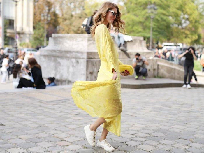 Magnifique basket femme rose pale tendance tenue été chic style decontracte femme jaune robe longue fluide basket blanche