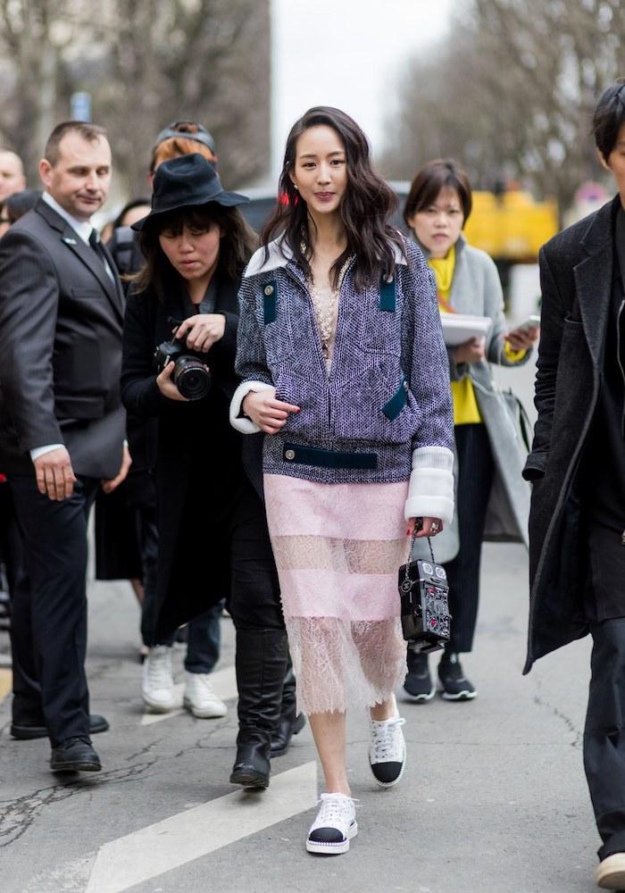 Moderne basket cuir femme idée basket a la mode 2018 tenue à associer jupe mi longue femme celebre paris fw